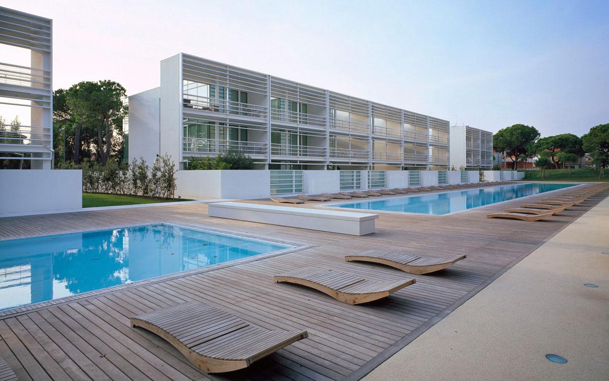 Jesolo immobiliare by richard meier present the pool for Piani di pool house con alloggi